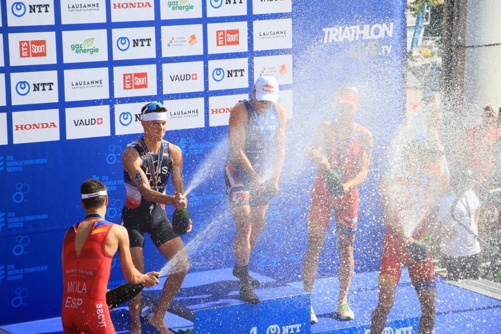 Photographie sportive triathlon World Triathlon Series WTS Final podium champagne Luis Blummenfelt Mola Alarza Gómez Lausanne Suisse