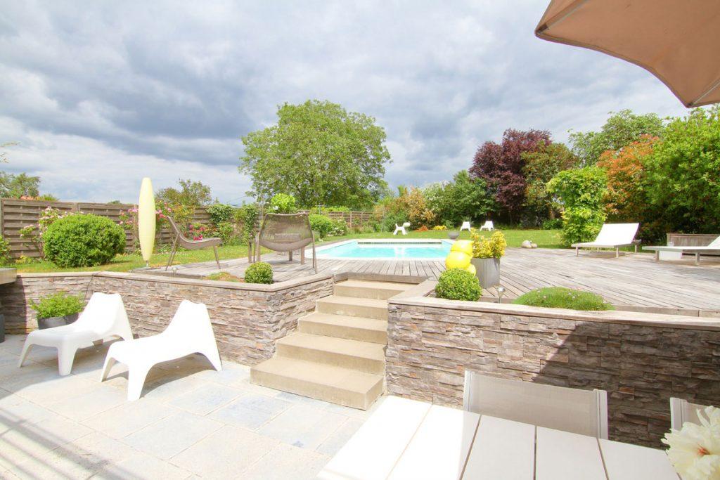 Photographie immobilière jardin piscine terrasse maison corps de ferme rénové Kuntzig