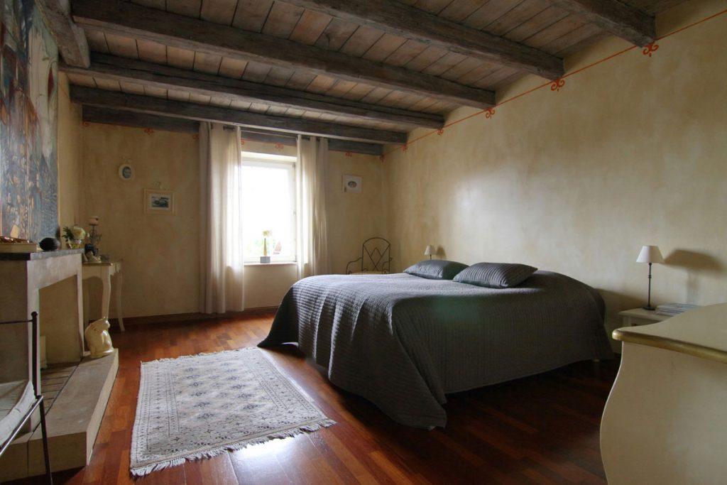 Photographie immobilière poutre apparente chambre maison corps de ferme rénové Kuntzig