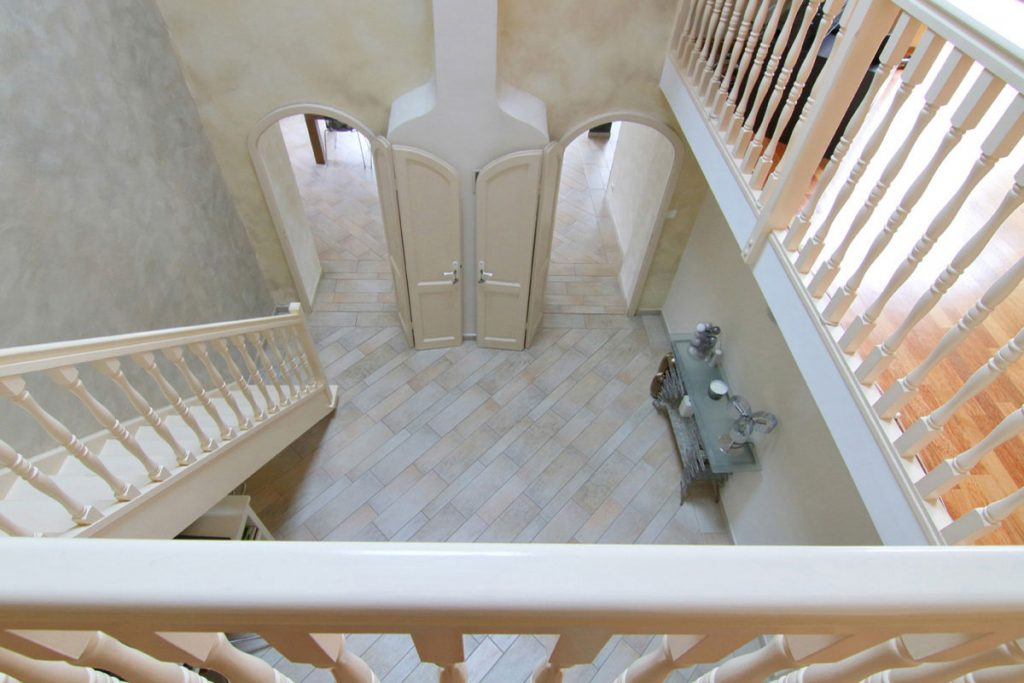 Photographie immobilière vue plongeante entrée cage d'escalier maison Kuntzig