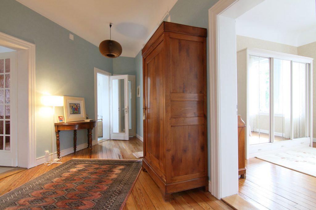 Photographie immobilière parquet boisé entrée chambre appartement Thionville
